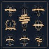 葡萄酒电灯泡创造性和想法与光芒爆炸的奖标签 向量例证