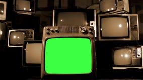 葡萄酒电视有许多20世纪80年代电视的绿色屏幕 移动式摄影车射击了 乌贼属口气 股票视频