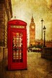 葡萄酒电话箱子和大本钟的样式图片在伦敦 免版税库存图片
