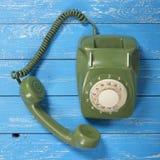 葡萄酒电话-绿化一个减速火箭的电话 免版税图库摄影