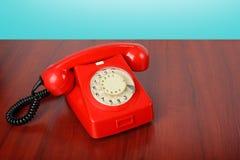 葡萄酒电话-红色一个减速火箭的电话 库存照片
