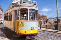 葡萄酒电车在里斯本里斯本,葡萄牙的市中心在一个夏日 图库摄影