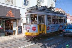 葡萄酒电车在里斯本里斯本,葡萄牙的市中心在一个夏日 库存图片