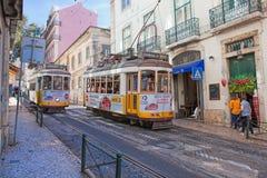 葡萄酒电车在里斯本里斯本,葡萄牙的市中心在一个夏日 免版税库存照片