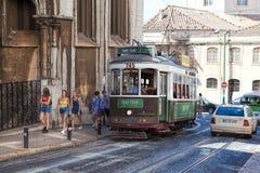 葡萄酒电车在里斯本里斯本,葡萄牙的市中心在一个夏日 免版税图库摄影