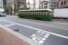葡萄酒电车缆绳在旧金山街道上的电车  库存照片