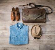 葡萄酒男性衣物和辅助部件在木背景 免版税库存照片