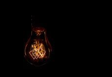 葡萄酒白炽光在黑色的电灯泡细丝 库存照片