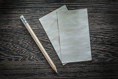 葡萄酒白纸直接地覆盖在黑人委员会的铅笔上面 免版税图库摄影