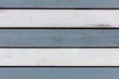 葡萄酒白色和灰色木背景,老被风化的木水平的板条绘了 库存图片