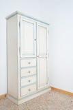 葡萄酒白色大型衣橱家具在房子里 库存照片