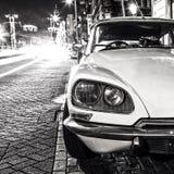 葡萄酒白色汽车在阿姆斯特丹的中心停放了在夜间 黑白的照片 库存照片