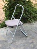 葡萄酒白色老椅子 库存图片