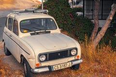 葡萄酒白色雷诺4汽车 库存照片