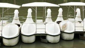 葡萄酒白色鸭子休闲小船后面  免版税库存图片