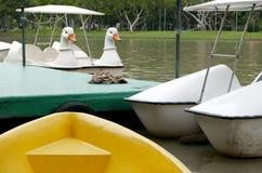 葡萄酒白色鸭子休闲小船在泰国公园 免版税库存图片