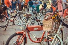 葡萄酒的停车处在活跃人民人群骑自行车在节日的开始在欧洲 库存图片