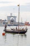 葡萄酒的水手在老帆船穿衣 图库摄影