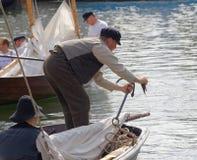 葡萄酒的水手给修理船锚穿衣 库存图片