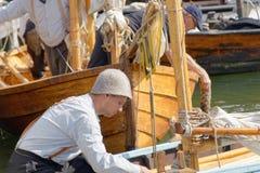 葡萄酒的水手给准备老帆船穿衣 免版税库存照片