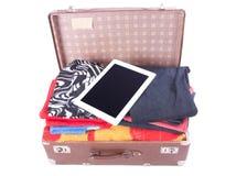 葡萄酒皮革手提箱装填过度与片剂小配件 库存图片