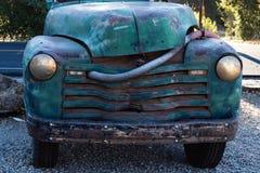 葡萄酒真正地老蓝色,绿色绿松石卡车由路停放了 图库摄影