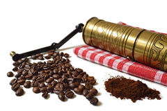 葡萄酒研磨机,咖啡豆和碾碎的咖啡 免版税库存图片