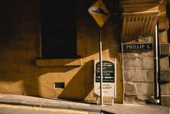 葡萄酒砖和水泥安置有窗口的墙壁警告黄色t 免版税库存图片