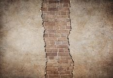 葡萄酒砖墙部分地损坏了 免版税库存图片