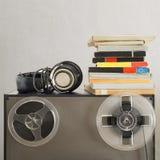 葡萄酒磁性音频卷轴和耳机在模式录音机 图库摄影