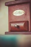 葡萄酒磨咖啡器在家 免版税库存照片