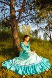 葡萄酒礼服的女孩 免版税库存照片