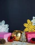 葡萄酒礼物盒、圣诞节装饰和雪花 免版税库存照片