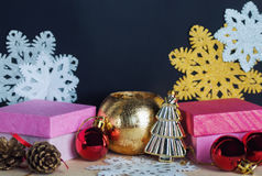 葡萄酒礼物盒、圣诞节装饰和雪花 库存照片