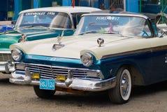 葡萄酒福特和薛佛列汽车停放了在街道在哈瓦那,古巴 库存照片