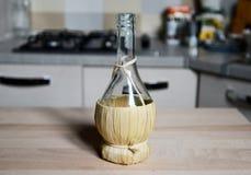 葡萄酒秸杆瓶酒 库存图片