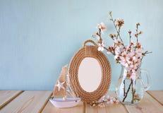 葡萄酒空白的框架,在白色春天旁边的风船开花 选择聚焦 模板,准备投入摄影 库存照片