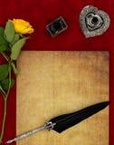葡萄酒空白讲道、黄色玫瑰、华丽银色纤管立场、墨水罐和被装饰的纤管-情书概念 免版税库存图片