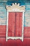 葡萄酒窗口和老石墙构造了墙纸背景 库存图片