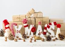 葡萄酒窗框 袋子看板卡圣诞节霜klaus ・圣诞老人天空 圣诞节装饰生态学木 库存图片