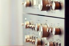 葡萄酒立体声放大器和条频器发光的金属面板瘤 库存照片