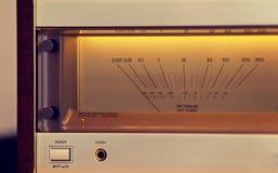 葡萄酒立体声音频功率放大器大发光的VU米 免版税库存图片