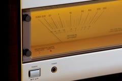 葡萄酒立体声音频功率放大器大发光的VU米 库存照片