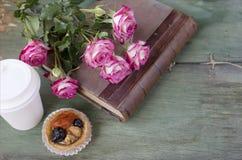 葡萄酒笔记本嘲笑为与桃红色玫瑰的艺术品 安置文本 开花新鲜 去和结块的咖啡 免版税库存图片