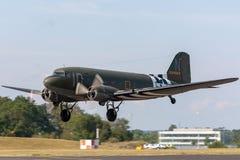 葡萄酒第二次世界大战道格拉斯C-47 DC-3有攻击开始日入侵条纹的运输飞机 图库摄影