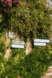 葡萄酒签到彻特d ` Azur,有叶子的法国 库存图片