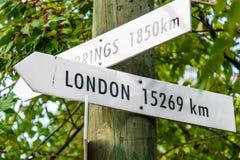 葡萄酒箭头目的地旅行标志-伦敦 库存图片