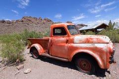 葡萄酒红色卡车 库存图片