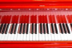 葡萄酒红色古典大平台钢琴 黑白钥匙 古色古香的关键乐器键盘  复制空间 免版税图库摄影