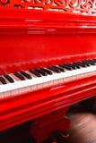 葡萄酒红色古典大平台钢琴 黑白钥匙 古色古香的关键乐器键盘  复制空间 免版税库存照片
